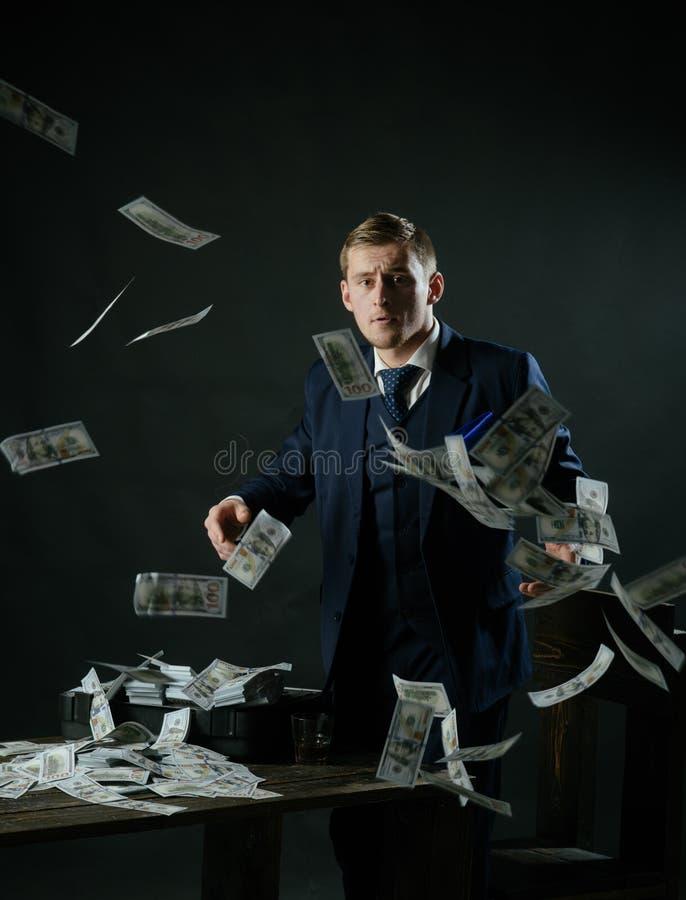 concetto di piccola impresa Lavoro dell'uomo d'affari nell'ufficio del ragioniere Economia e finanze Contabile dell'uomo Uomo in  immagine stock