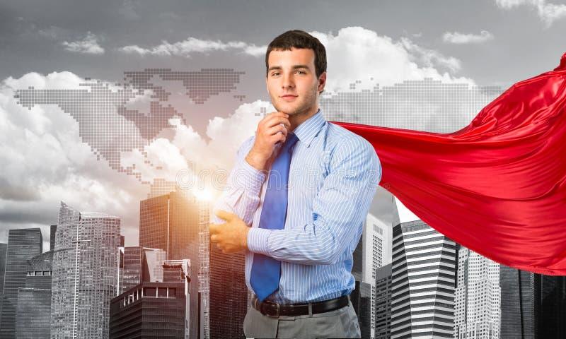 Concetto di potere e di successo con il supereroe dell'uomo d'affari in grande città fotografie stock