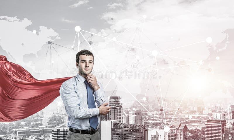 Concetto di potere e di successo con il supereroe dell'uomo d'affari in grande citt? fotografie stock
