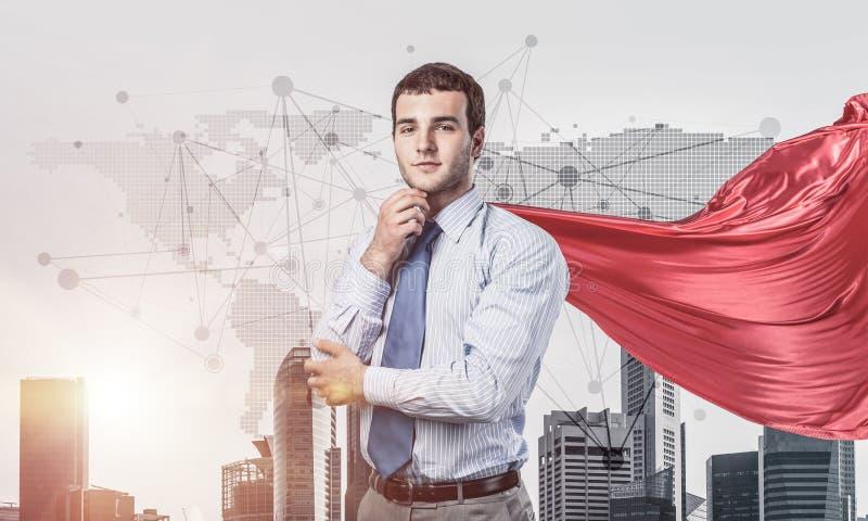 Concetto di potere e di successo con il supereroe dell'uomo d'affari in grande citt? fotografia stock