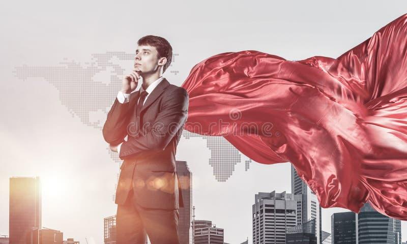 Concetto di potere e di successo con il supereroe dell'uomo d'affari in grande citt? immagini stock libere da diritti