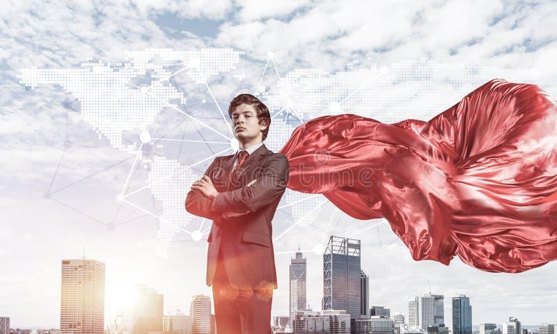 Concetto di potere e di successo con il supereroe dell'uomo d'affari in grande citt? immagine stock