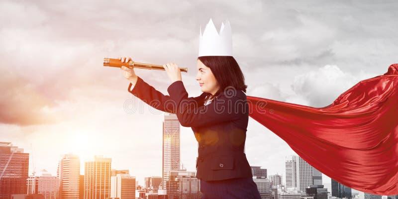 Concetto di potere e di successo con il supereroe della donna di affari in grande citt? fotografia stock libera da diritti