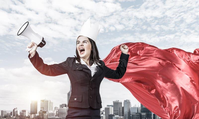 Concetto di potere e di successo con il supereroe della donna di affari in grande citt? immagine stock