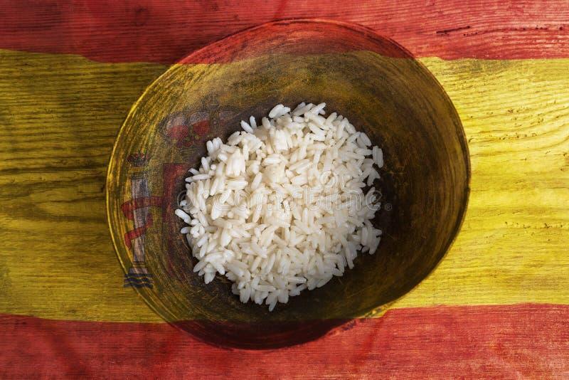 Concetto di povertà, ciotola di riso con la bandiera della Spagna immagini stock