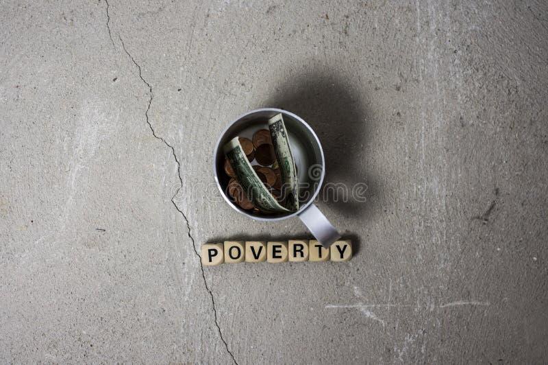 Concetto di povertà con la tazza della latta fotografie stock