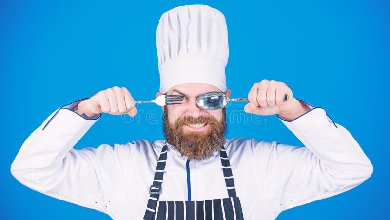 Concetto di processo di cottura Lascia il piatto di prova Cuoco unico affamato pronto a provare alimento Tempo di provare gusto T fotografia stock libera da diritti