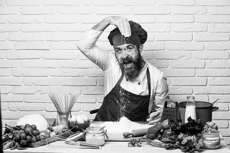 Concetto di processo di cottura Uomo con i giochi della barba con farina fotografie stock libere da diritti