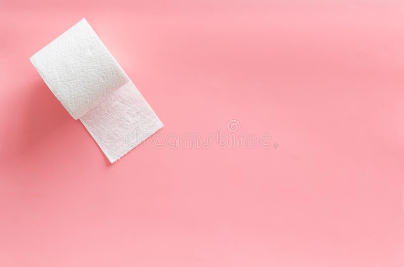 Concetto di proctologia con la carta igienica sullo spazio di vista superiore del fondo di rosa per testo immagine stock libera da diritti
