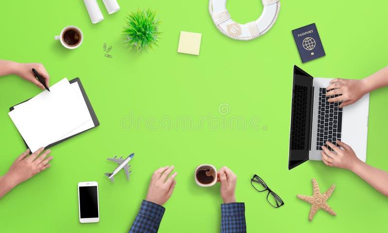 Concetto di progettazione di viaggio La gente lavora al computer ed alle carte fotografia stock libera da diritti