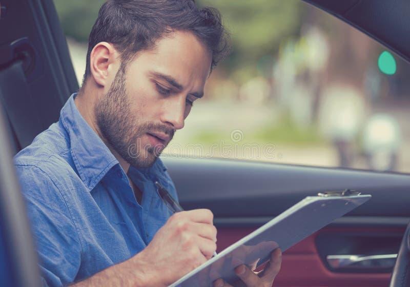 Concetto di proprietà del trasporto Uomo dentro i documenti di firma della nuova lettura dell'automobile fotografia stock