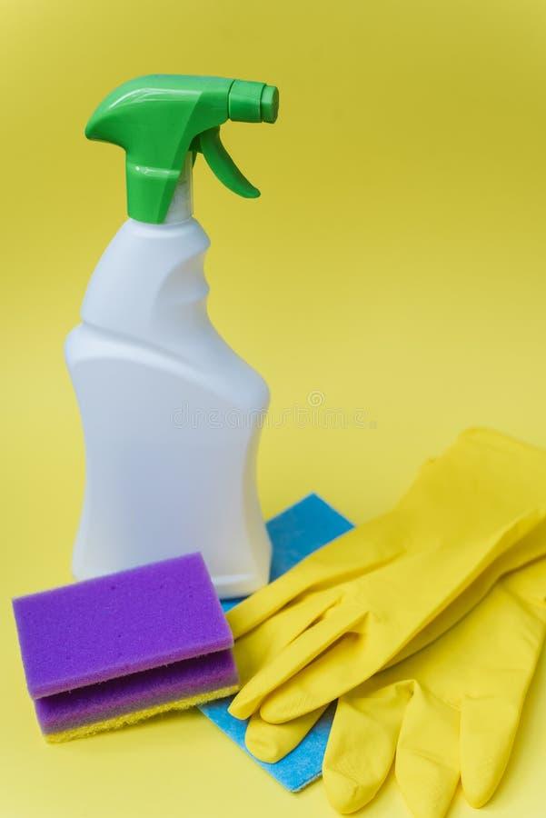 Concetto di pulizia dell'hotel o della casa fotografie stock libere da diritti