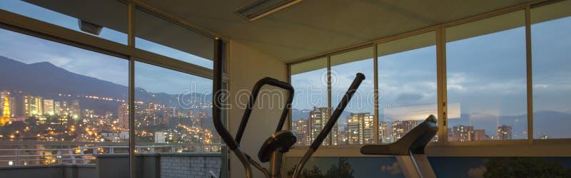 Concetto di Qport, di forma fisica e di sanità - bici di esercizio, Medelli fotografie stock libere da diritti