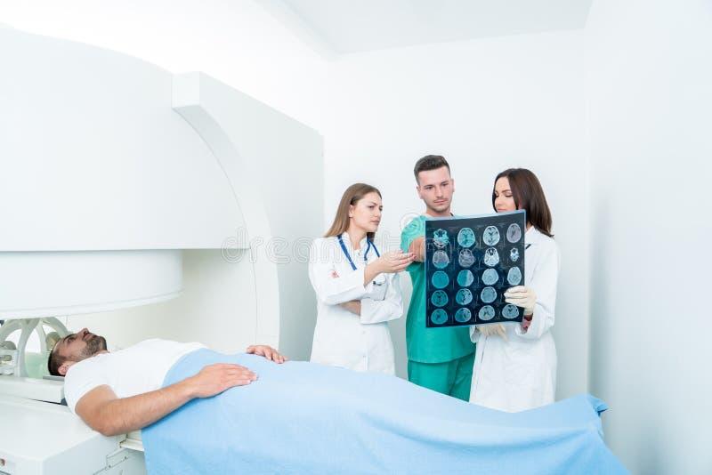 Concetto di radiologia, della chirurgia, della gente e della medicina - medici femminili fotografia stock