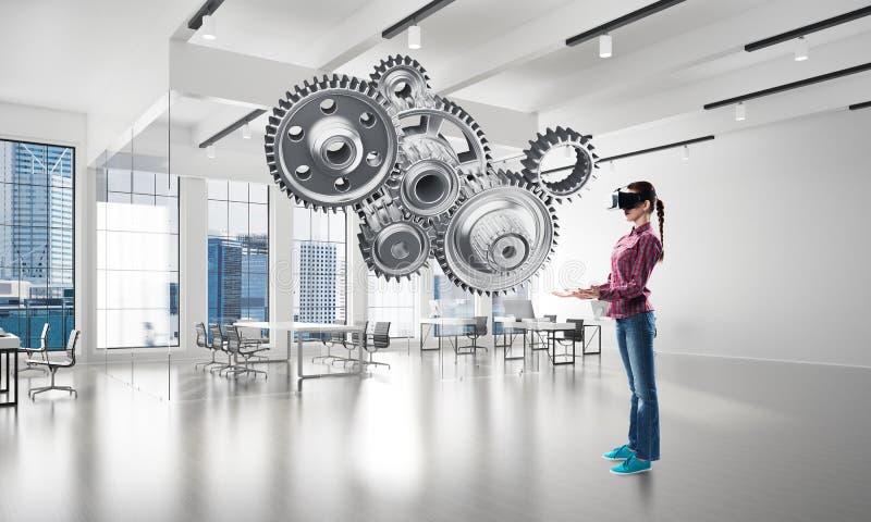 Concetto di realtà virtuale e meccanismo del motore nell'interno moderno Media misti fotografia stock