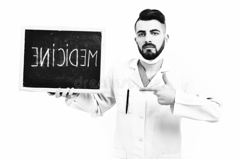 Concetto di recupero e di trattamento Medico con la barba tiene la medicina di parola immagine stock libera da diritti