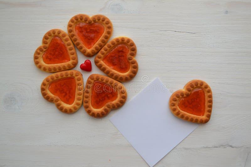 Concetto di relazione con il biscotto dei cuori nella forma di fiore Carta per copyspace fotografia stock