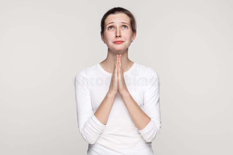Concetto di religione Ragazza di preghiera immagini stock