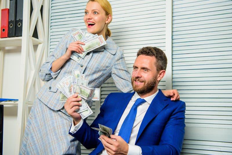 Concetto di ricchezza e di profitto L'uomo d'affari vicino ai dollari dei contanti usufruisce Concetto enorme di profitto girl fi fotografie stock
