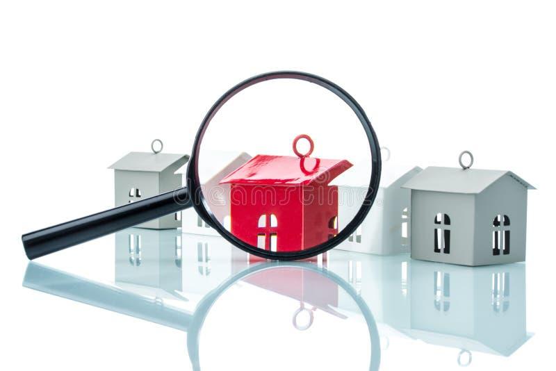Concetto di ricerca della Camera, modello della casa con l'ingrandimento immagine stock