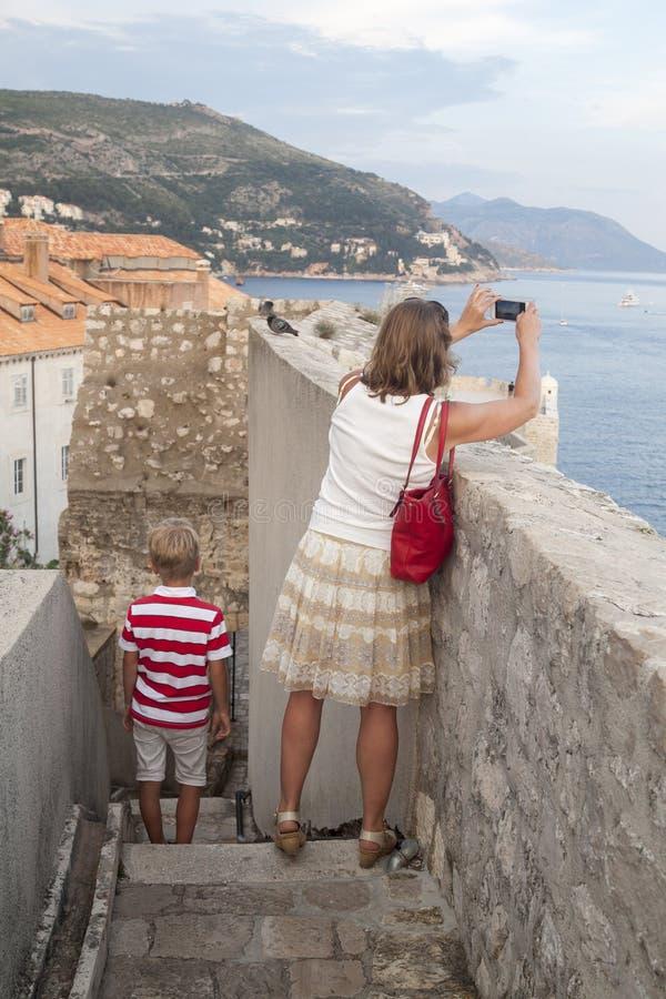 concetto di ricreazione conoscitiva con i bambini viaggio della madre fotografie stock