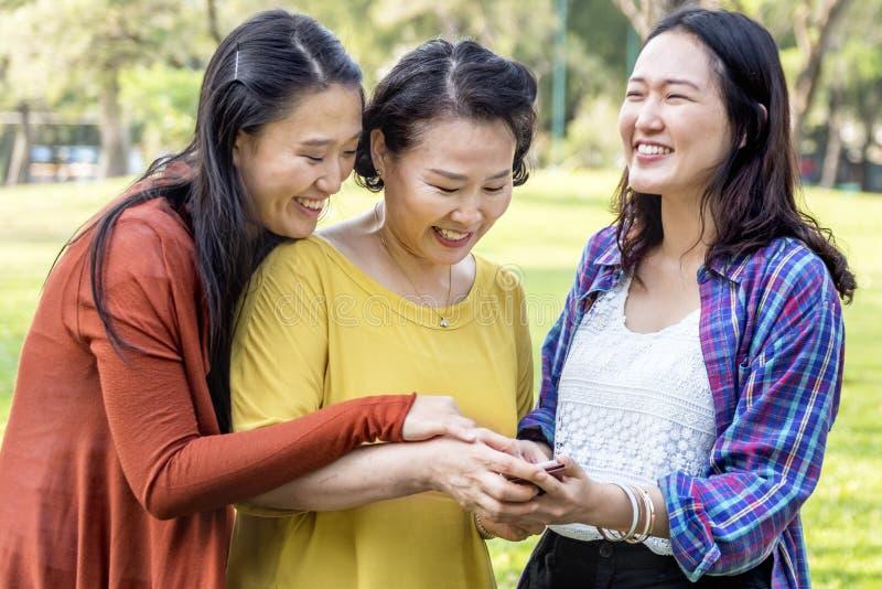 Concetto di rilassamento di stile di vita della famiglia asiatica fotografie stock