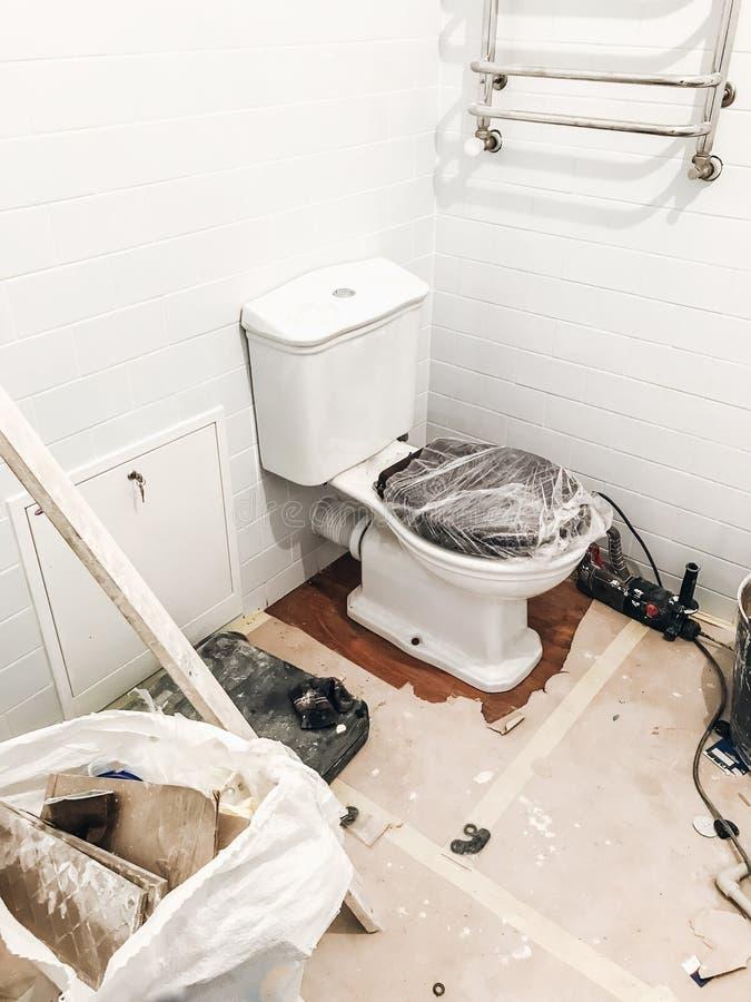 Concetto di rinnovamento del bagno pentola e legno bianchi alla moda del lavabo immagine stock