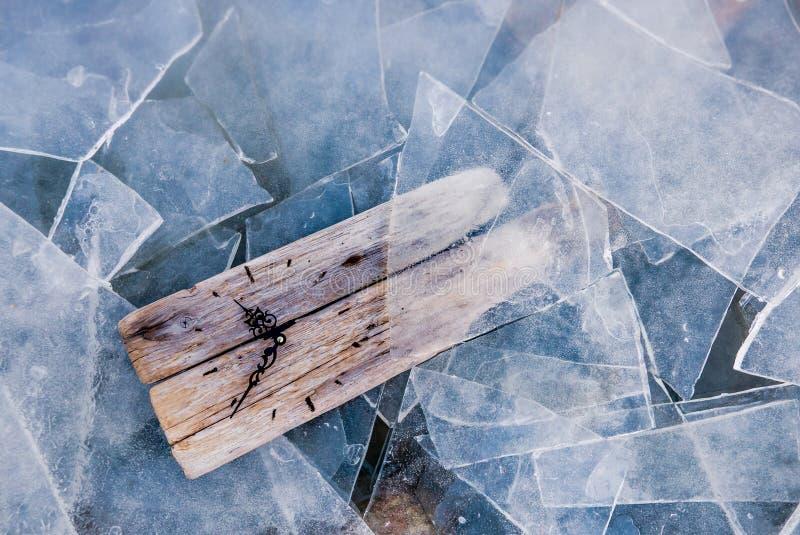 Concetto di riscaldamento globale, vecchio orologio circondato da ghiaccio Copi lo spazio immagine stock