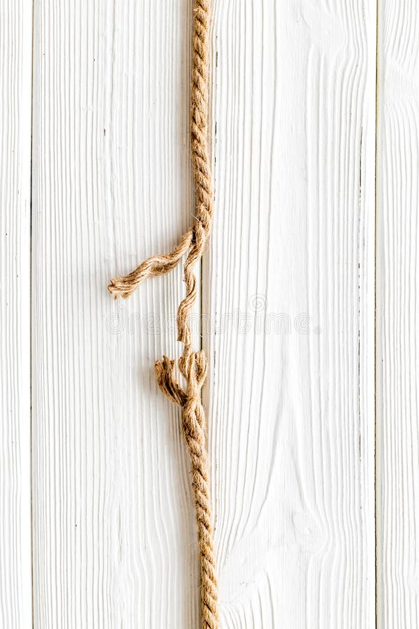 Concetto di rischio con corda vicino per rompersi sullo sfondo bianco in legno in alto spazio per il testo immagine stock libera da diritti