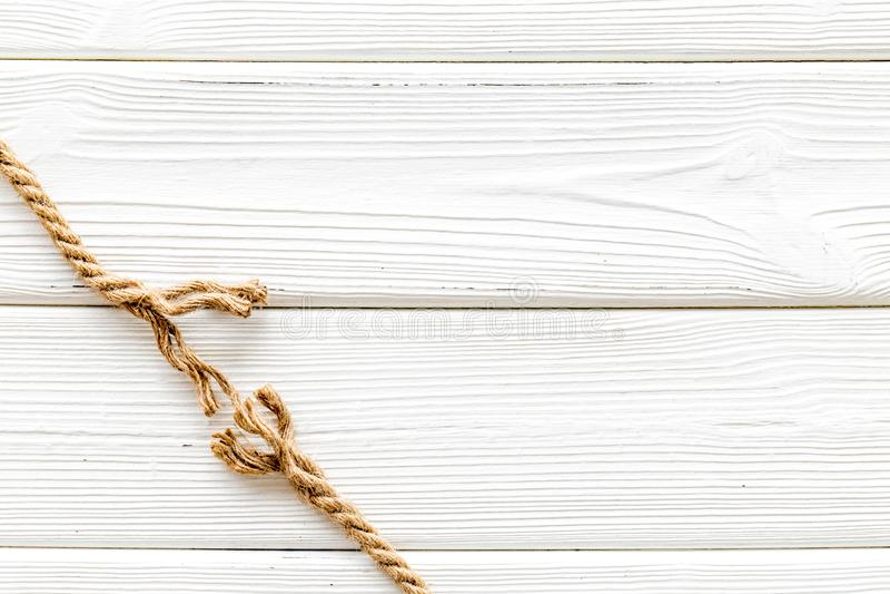 Concetto di rischio con corda vicino per rompersi sullo sfondo bianco in legno in alto spazio per il testo fotografie stock