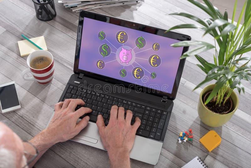 Concetto di risparmio dei soldi su un computer portatile immagine stock libera da diritti