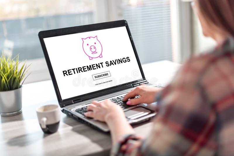Concetto di risparmio di pensionamento su uno schermo del computer portatile fotografia stock libera da diritti