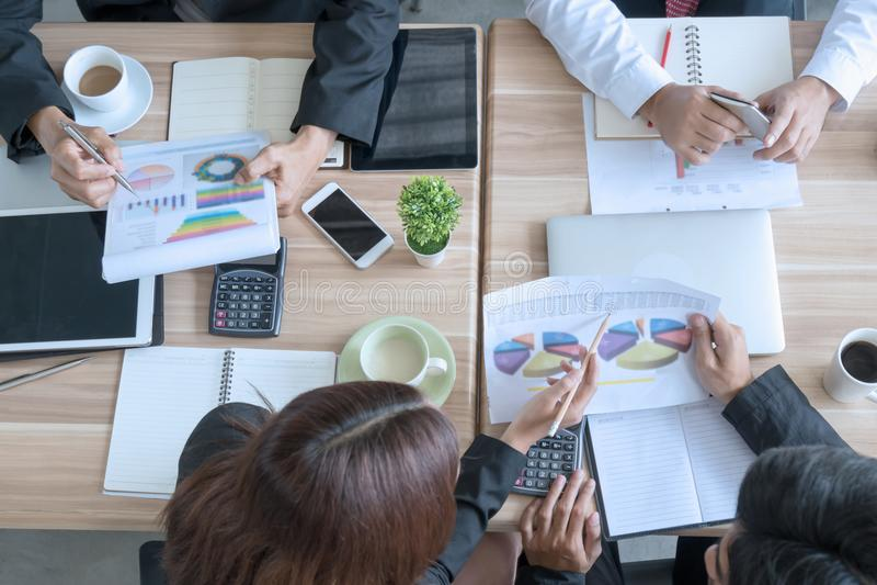 Concetto di riunione d'affari del lavoro di gruppo in un ufficio immagini stock