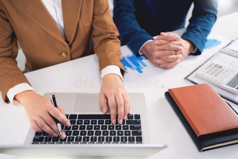 concetto di riunione di societ? di lavoro di squadra, soci commerciali che lavorano con il computer portatile che analizza insiem fotografia stock
