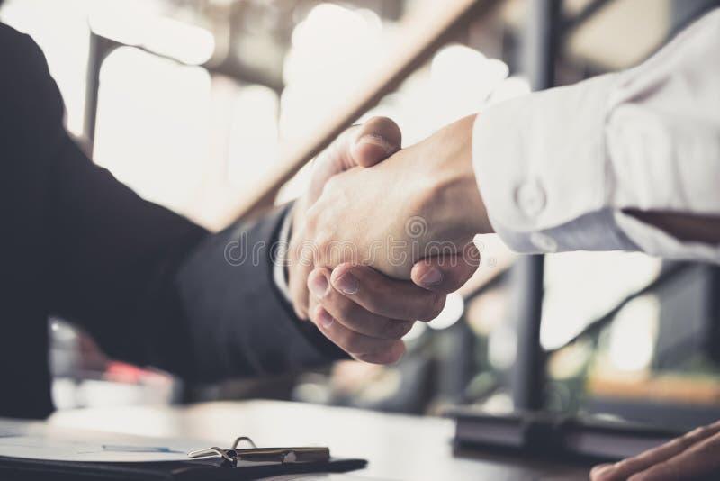 Concetto di saluto e di riunione, stretta di mano sicura a di affari due immagini stock