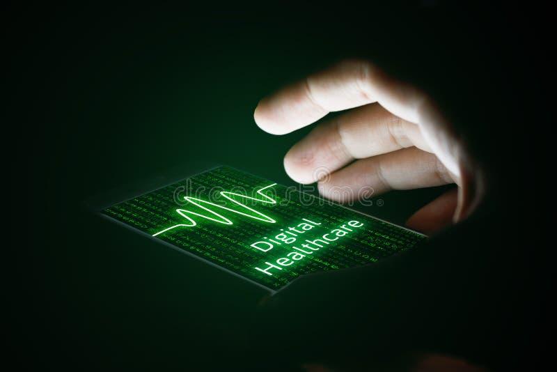 Concetto di sanità di Digital, mano dell'uomo facendo uso dello smartphone e virtua fotografie stock libere da diritti