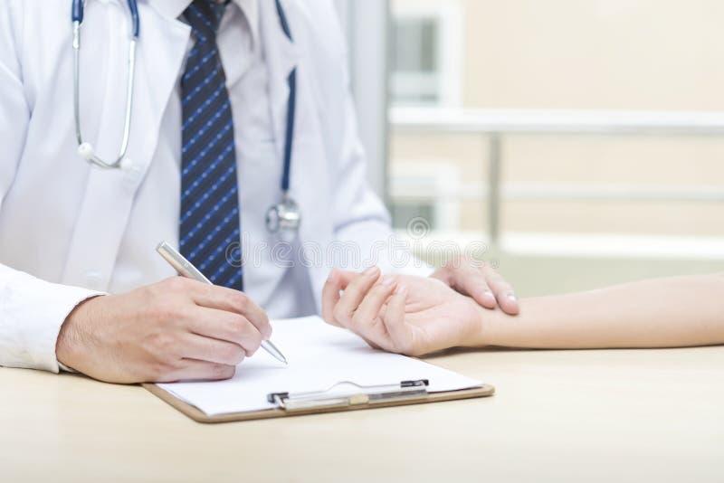 Concetto di sanità Medico che controlla impulso del cuore per vedere se c'è il paziente fotografie stock