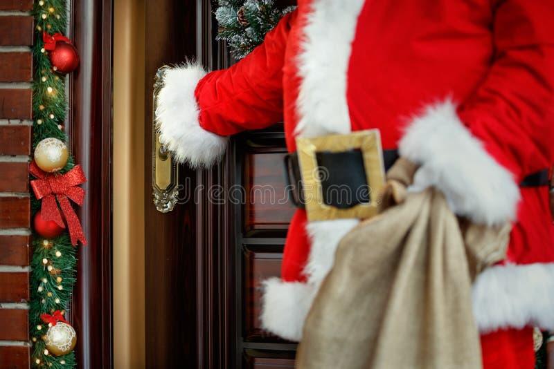 Concetto di Santa Claus che viene nella casa, fine su fotografia stock libera da diritti