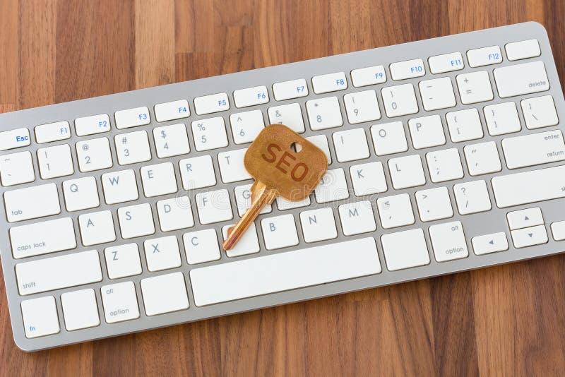 Concetto di Seo con la chiave sulla tastiera di computer immagine stock libera da diritti