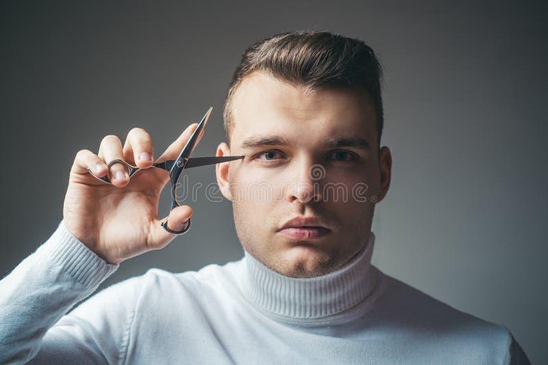 Concetto di servizio del parrucchiere Attrezzatura professionale del barbiere Tagli i capelli Forbici rigorose della tenuta del f fotografia stock libera da diritti