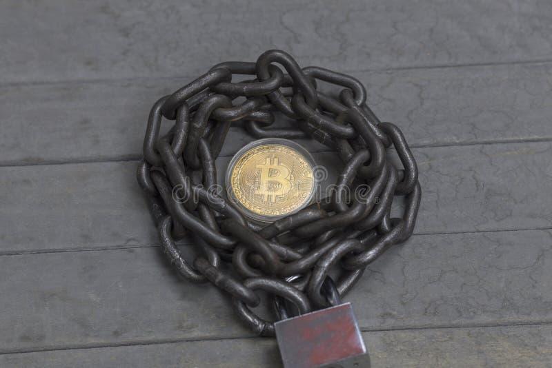 Concetto di sicurezza di Bitcoin Catena con la serratura fotografie stock libere da diritti