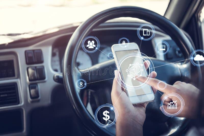 Concetto di sicurezza, mani facendo uso dello smartphone che presenta la navigazione condurre automobile fotografia stock