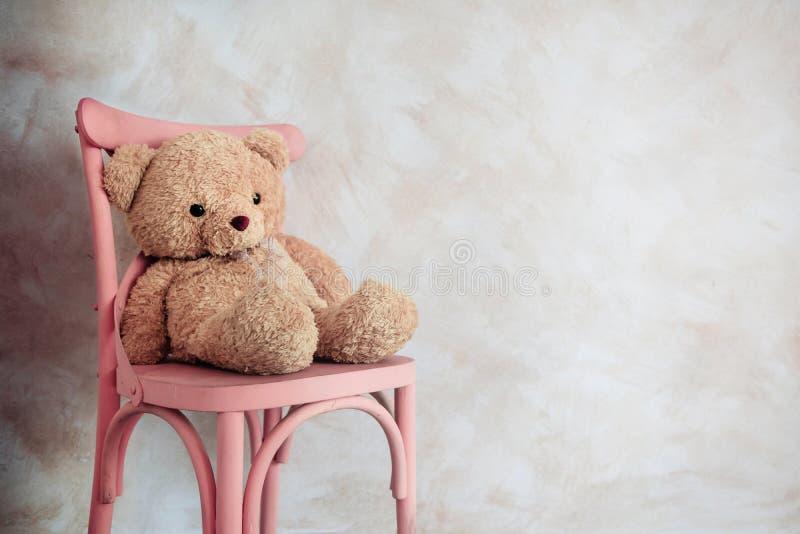 Concetto di solitudine e di tristezza Teddy Bear Toy Siting Alo solo fotografia stock