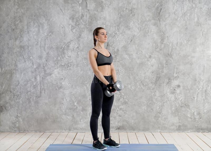 Concetto di sport, di forma fisica, di addestramento e di felicità - mani sportive della donna con le teste di legno rosso-chiaro fotografie stock libere da diritti