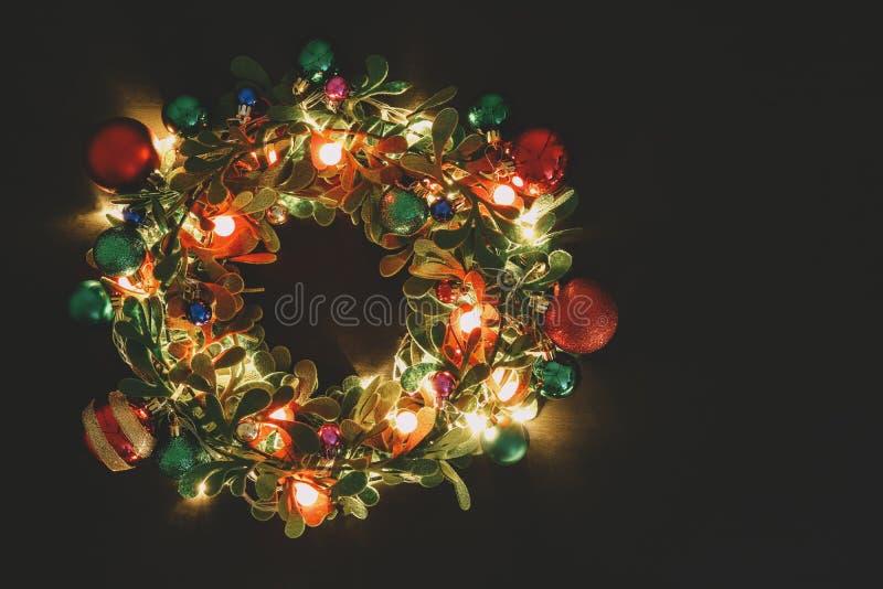 Concetto di stagione di saluto Corona di Natale con luce decorativa o fotografia stock libera da diritti