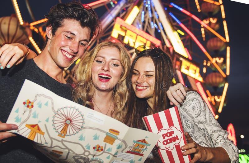 Concetto di stile di vita di godimento degli amici del parco di divertimenti fotografie stock libere da diritti
