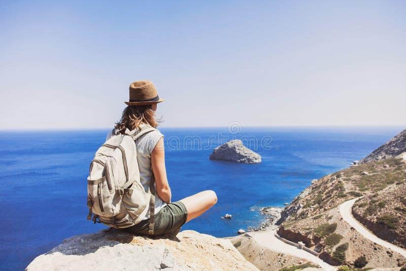 concetto di stile di vita dell'attivo e di viaggio Viaggiatore femminile che esamina il mare fotografie stock