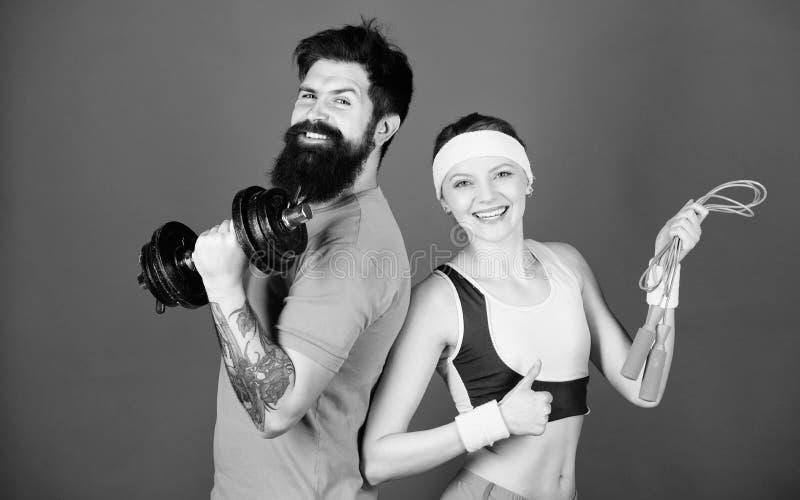 concetto di stile di vita sano L'uomo e la donna che si esercitano con la spazzatura e con la corda di lancio Esercizi di idoneit fotografia stock libera da diritti