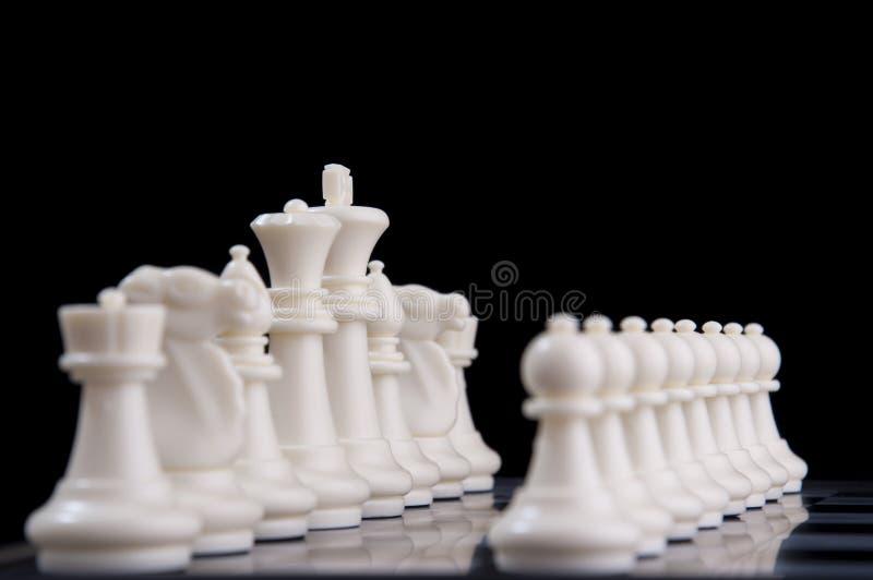Concetto di strategia aziendale su fondo nero Inizi sull'idea di strategia di pianificazione aziendale con il gioco di scacchi 32 fotografia stock libera da diritti