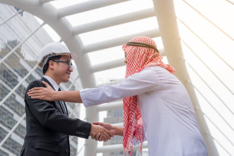 Concetto di successo di affari: gente di affari araba che incontra parità del gruppo fotografia stock libera da diritti